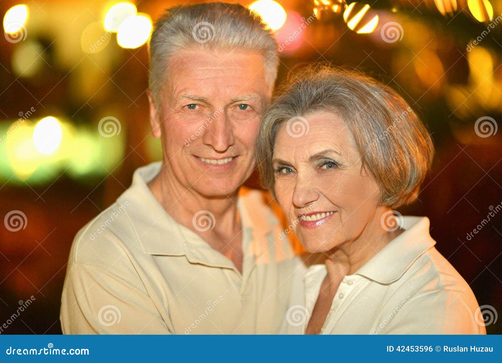 Ältere Paare auf Nachtstraße