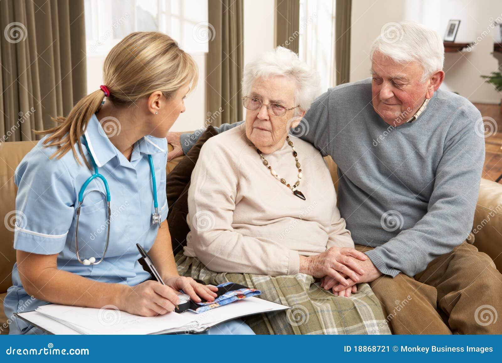 Ältere Paare in der Diskussion mit Gesundheits-Besucher an