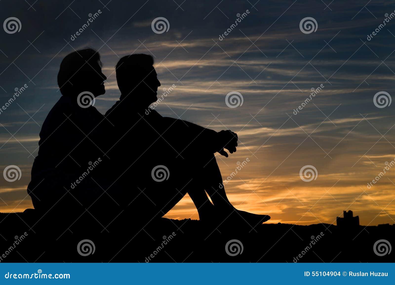 Ältere Paare in der Liebe bei Sonnenuntergang