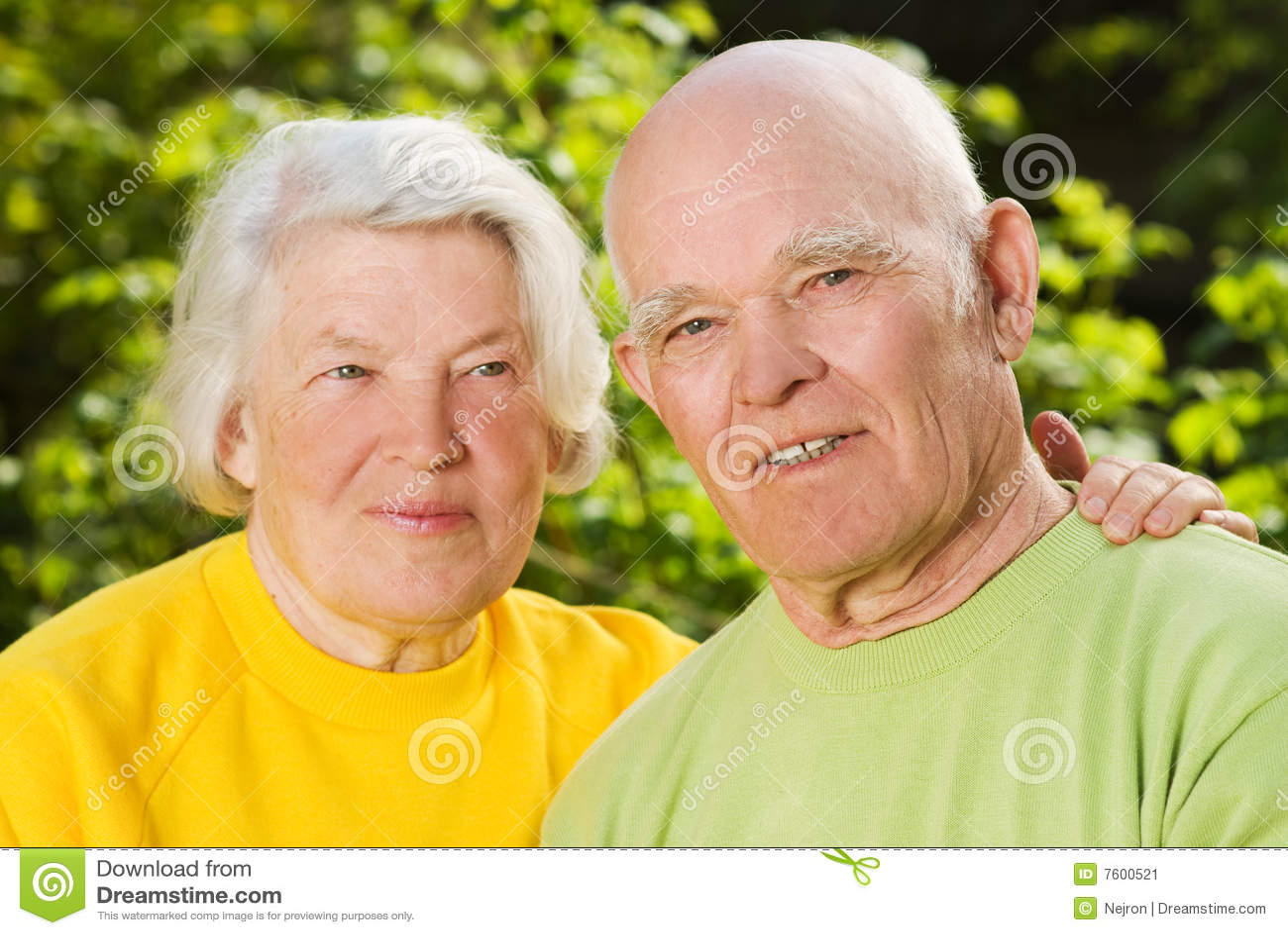Ältere Paare in der Liebe draußen
