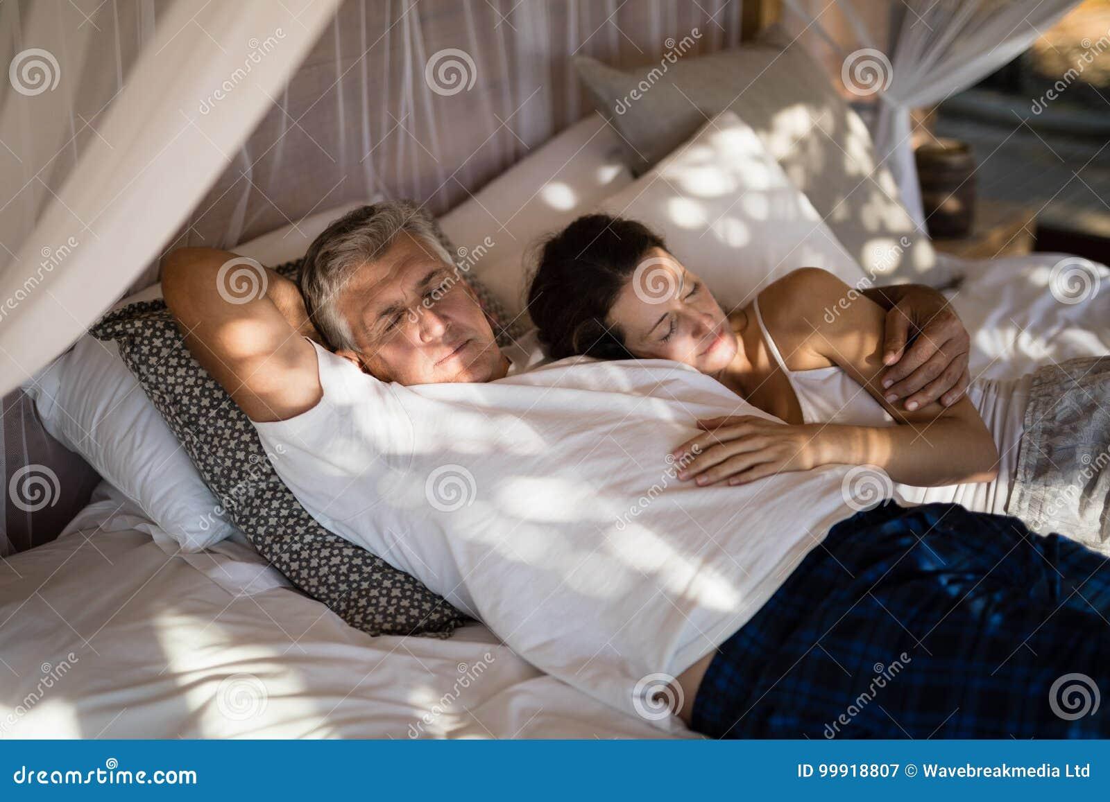 Ältere Paare, die auf Himmelbett schlafen