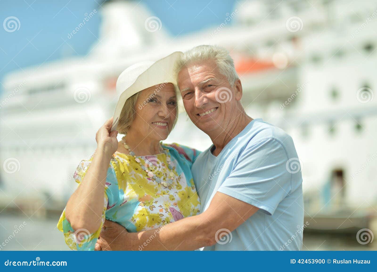 Ältere Paare, die auf Pier stehen