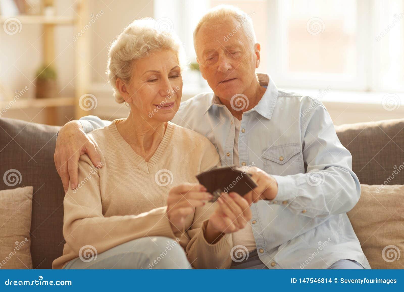 Ältere Paare, die Bilder betrachten