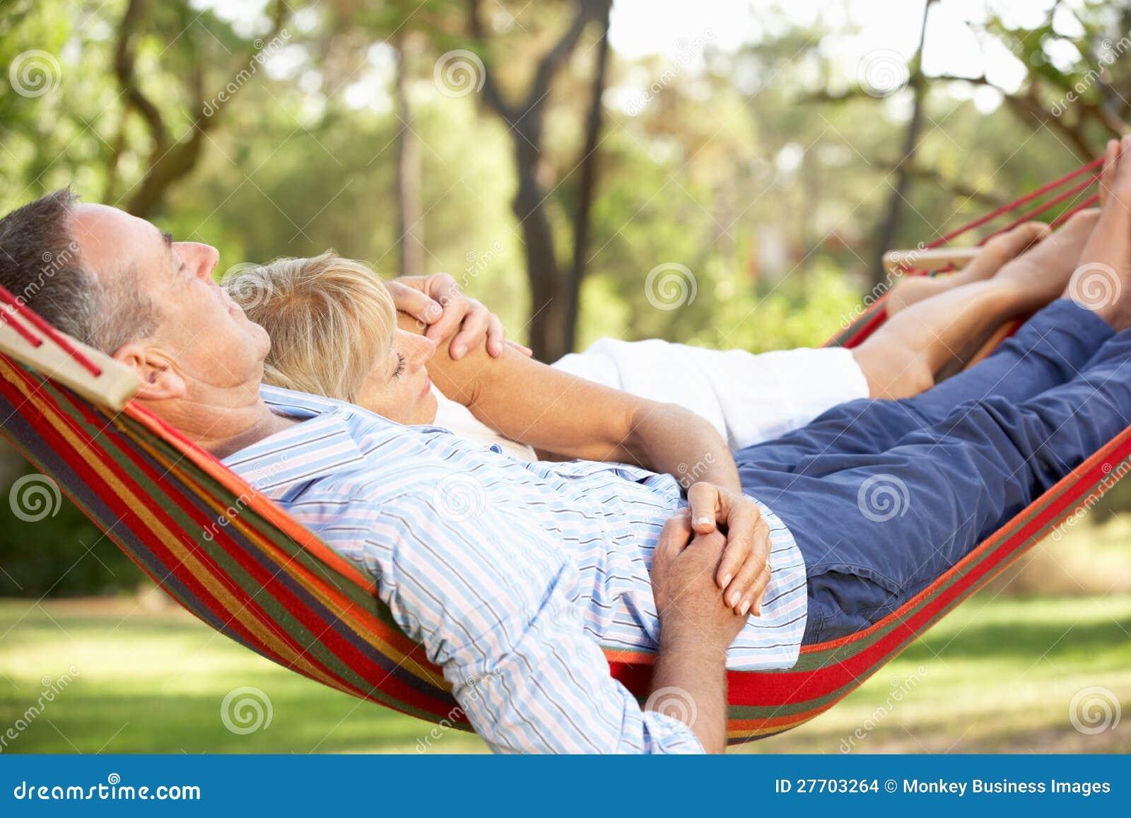 Ältere Paare, die in der Hängematte sich entspannen