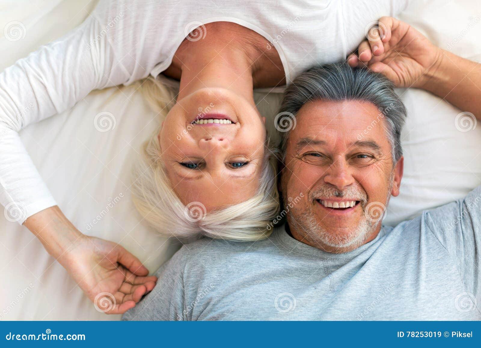 Ältere Paare, die im Bett liegen