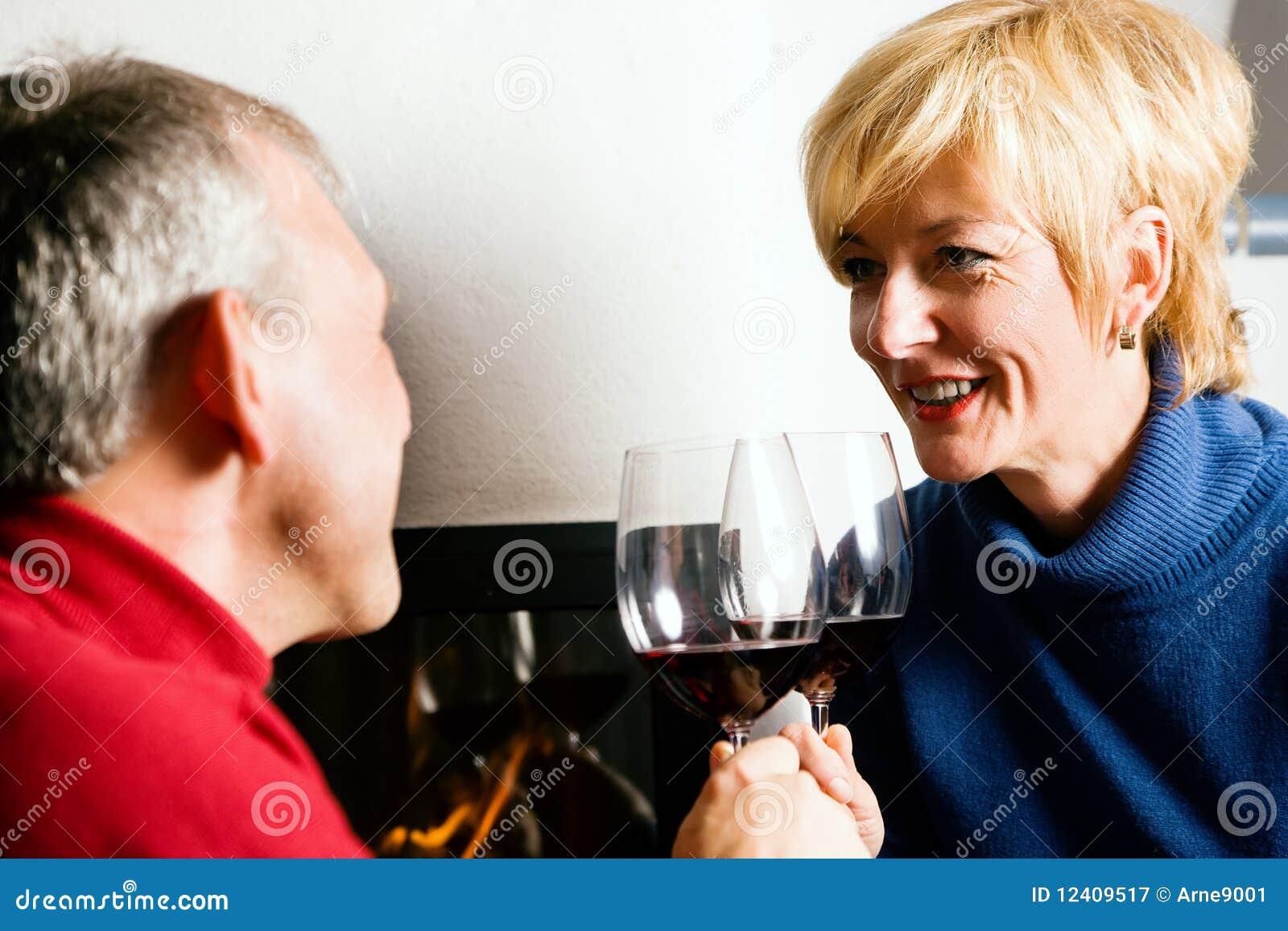 Ältere Paare, die Rotwein trinken