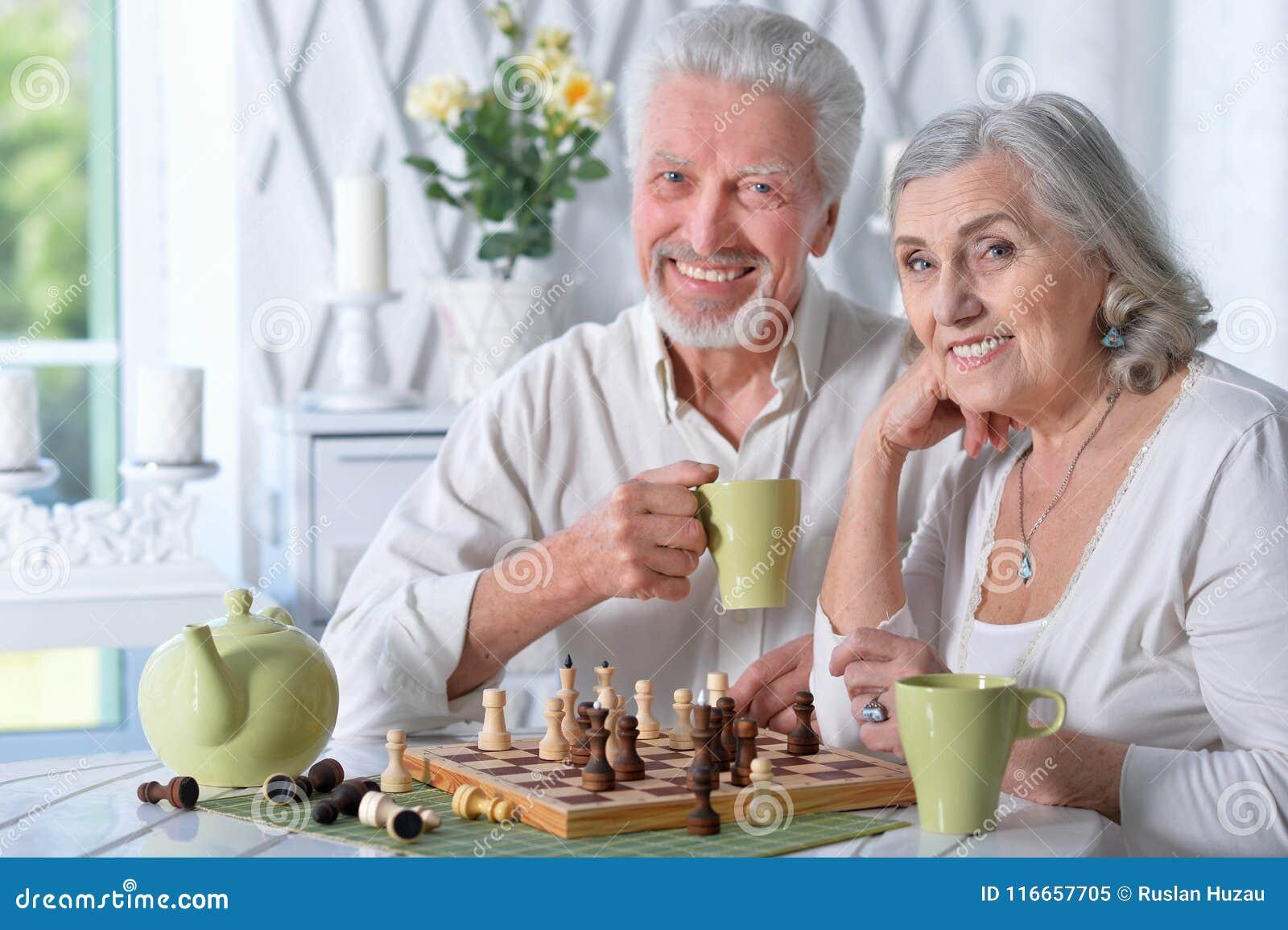 Ältere Paare, die Schach spielen