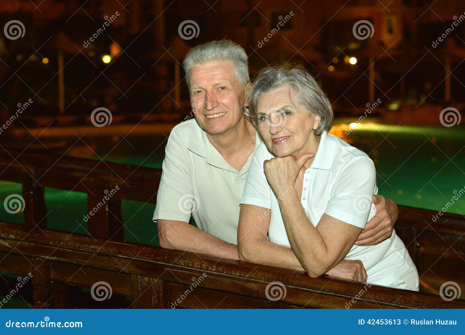 Ältere Paare, die Spaß haben