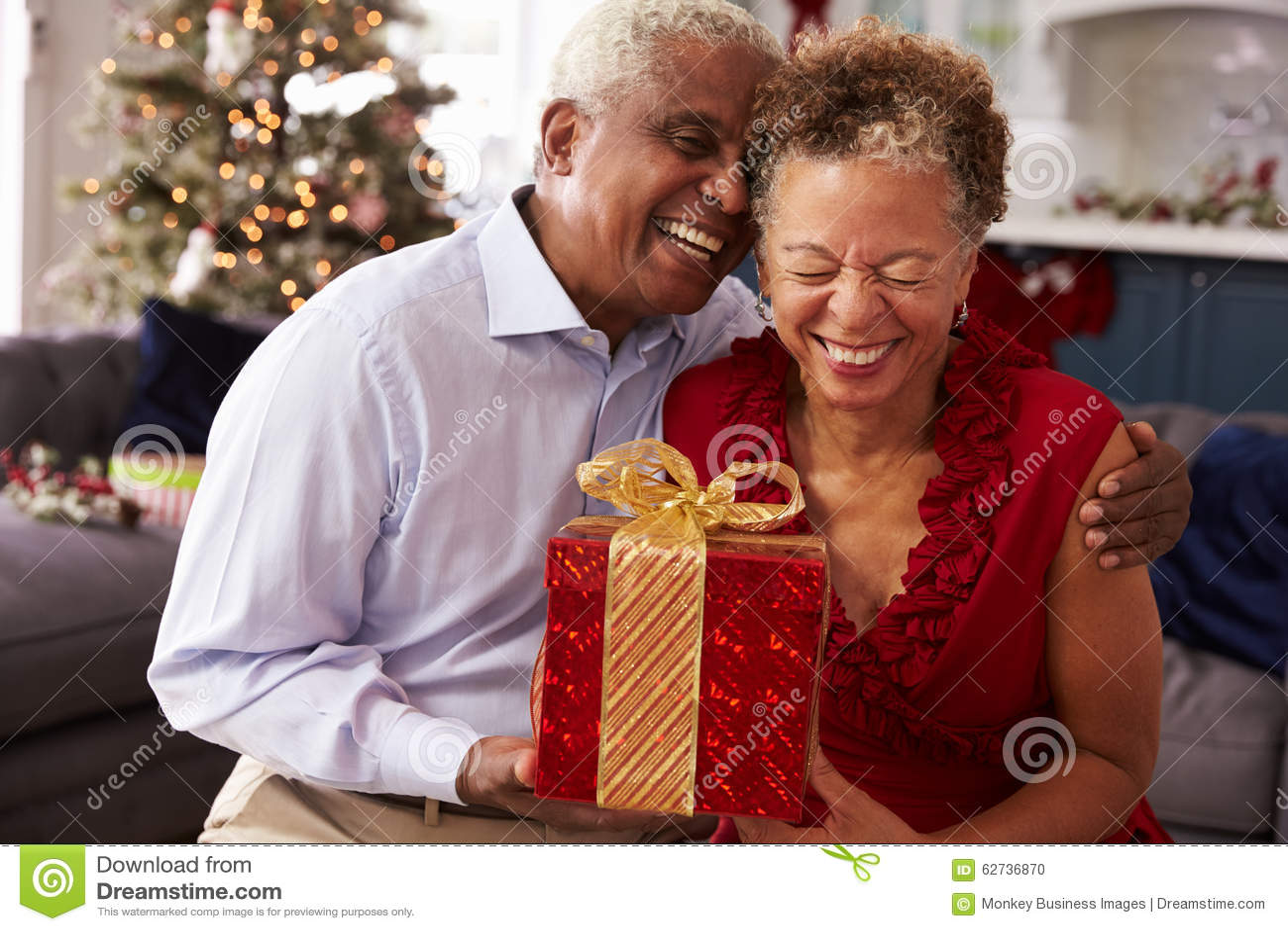 Ältere Paare, Die Zu Hause Weihnachtsgeschenke Austauschen Stockfoto ...