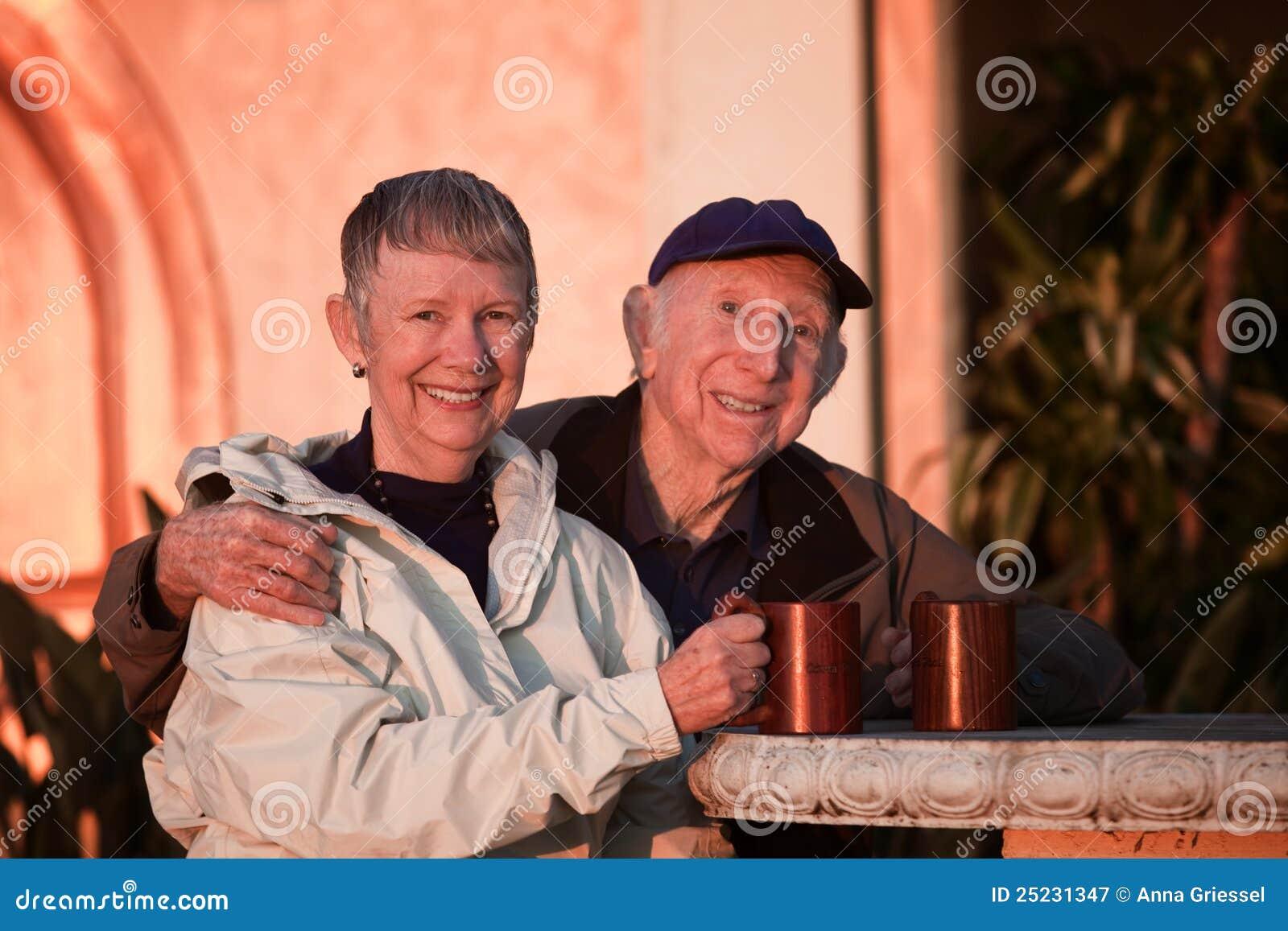 Ältere Paare draußen