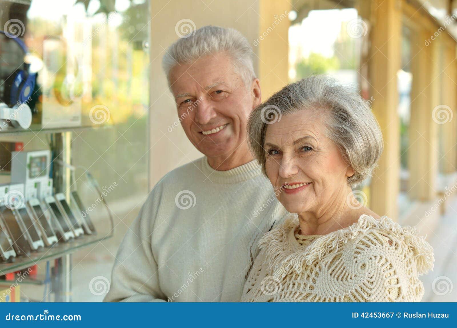 Ältere Paare in einem Einkaufszentrum