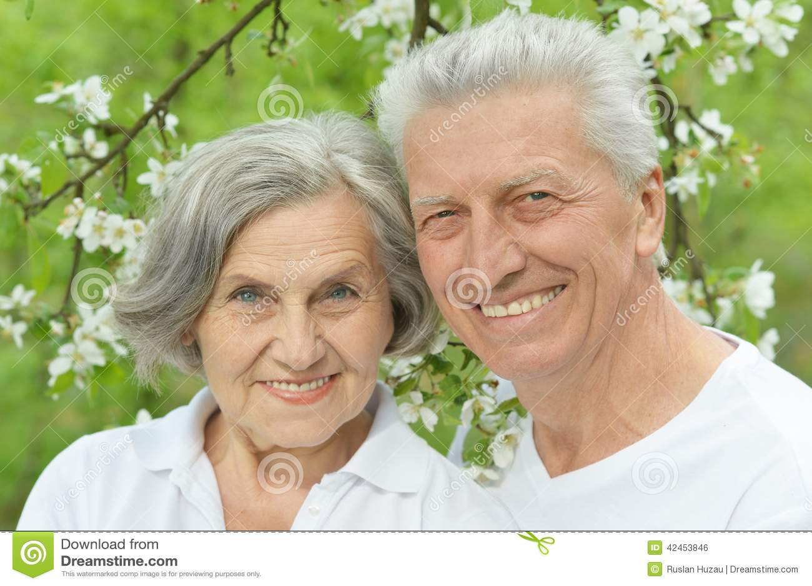 Ältere Paare im Sommer
