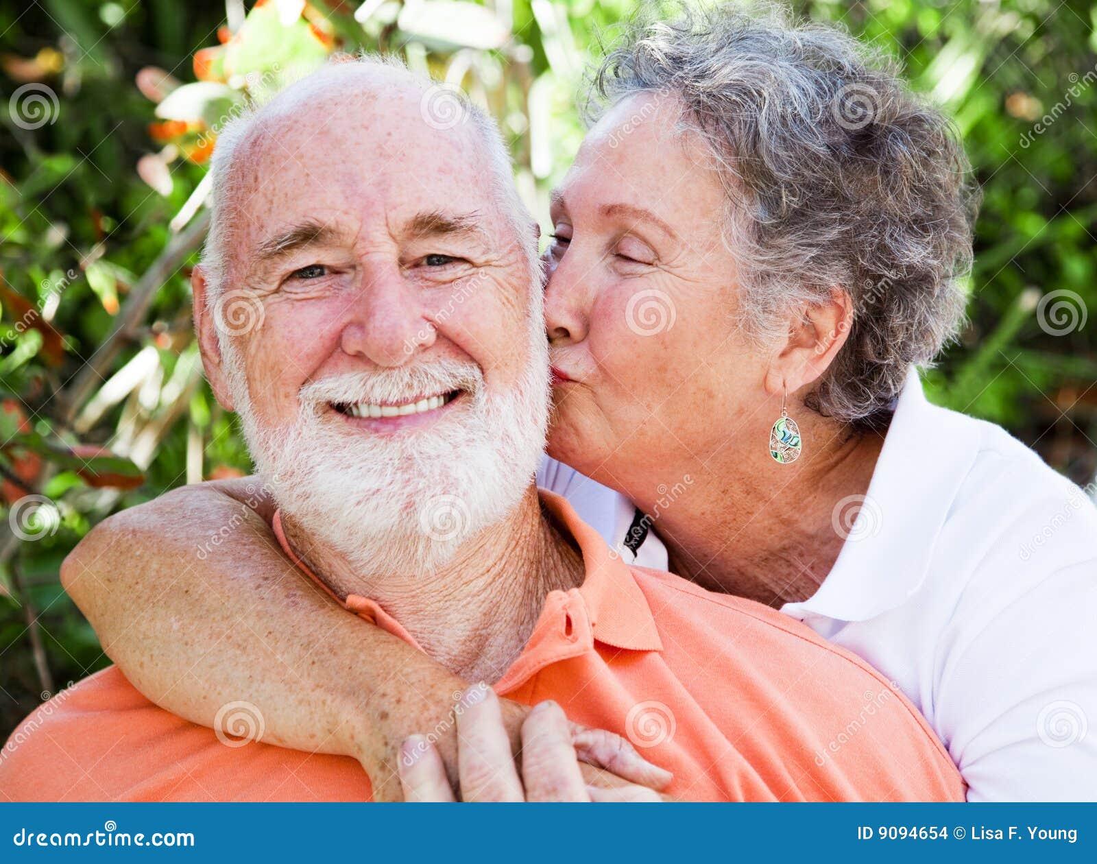 Ältere Paare - liebevoller Kuss