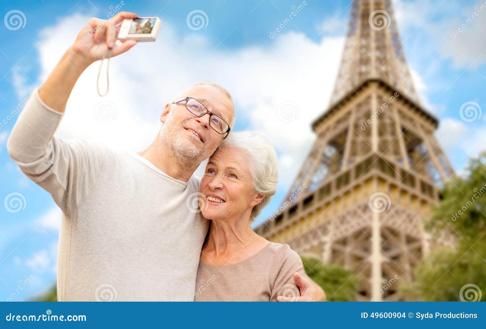Ältere Paare mit Kamera über Eiffelturm