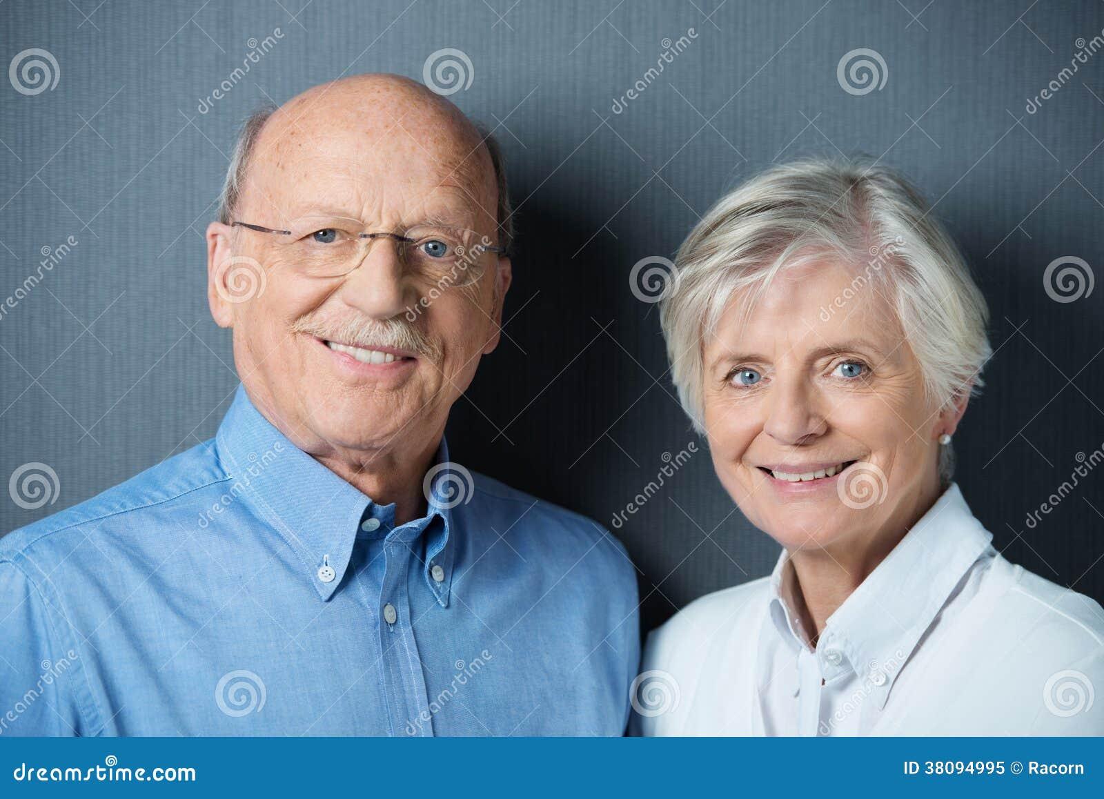Ältere Paare mit schönem freundlichem Lächeln