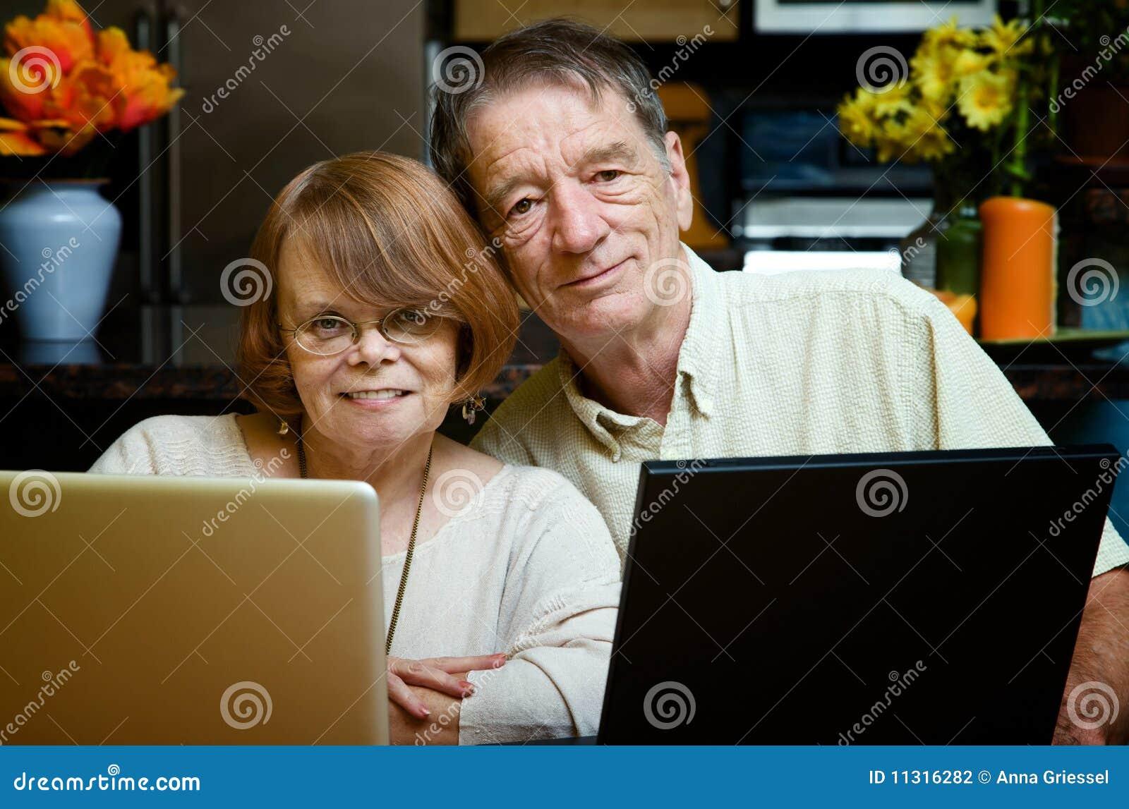 Ältere Paare unter Verwendung der Laptop-Computer zu Hause