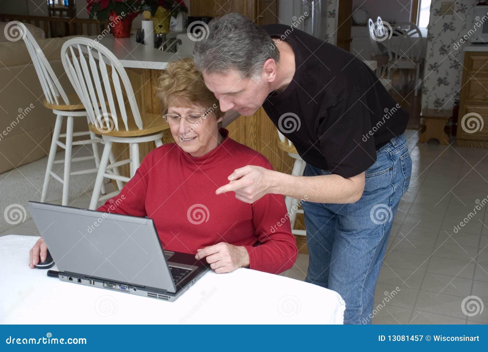Ältere Paare unter Verwendung des Laptops, Internet, Technologie