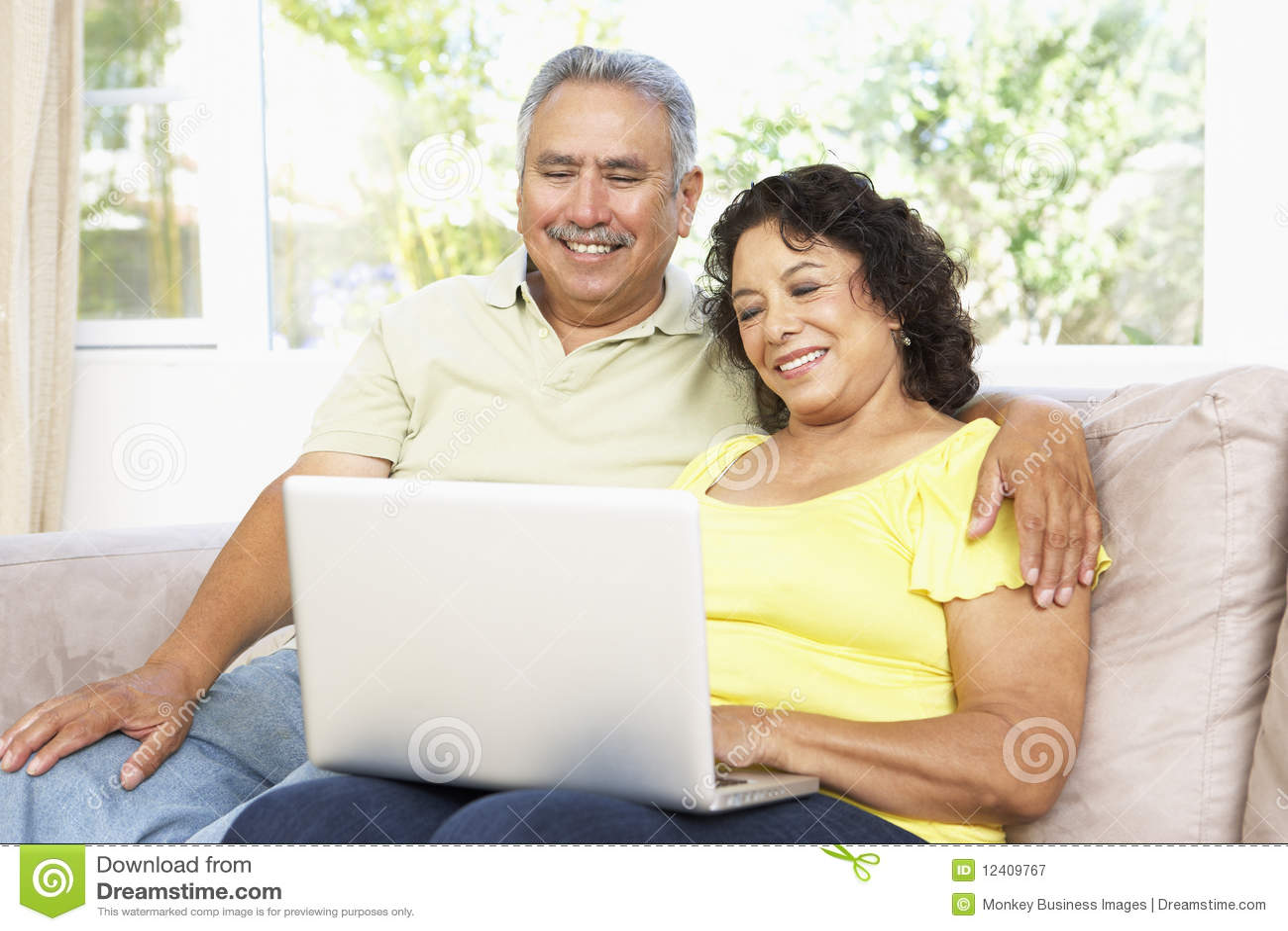 Ältere Paare unter Verwendung des Laptops zu Hause