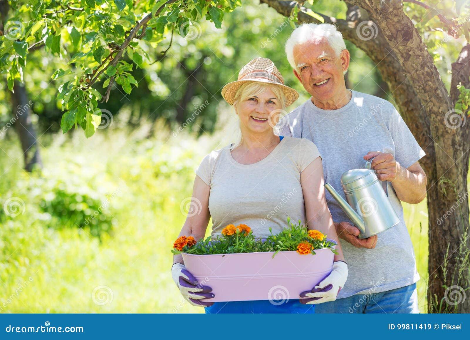 Ältere Paargartenarbeit