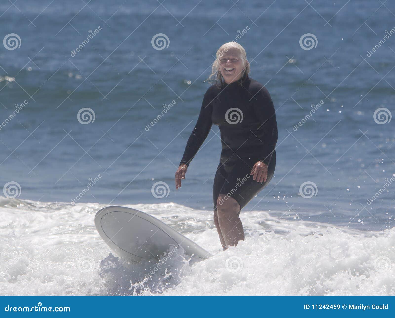 Ältere surfende Frau