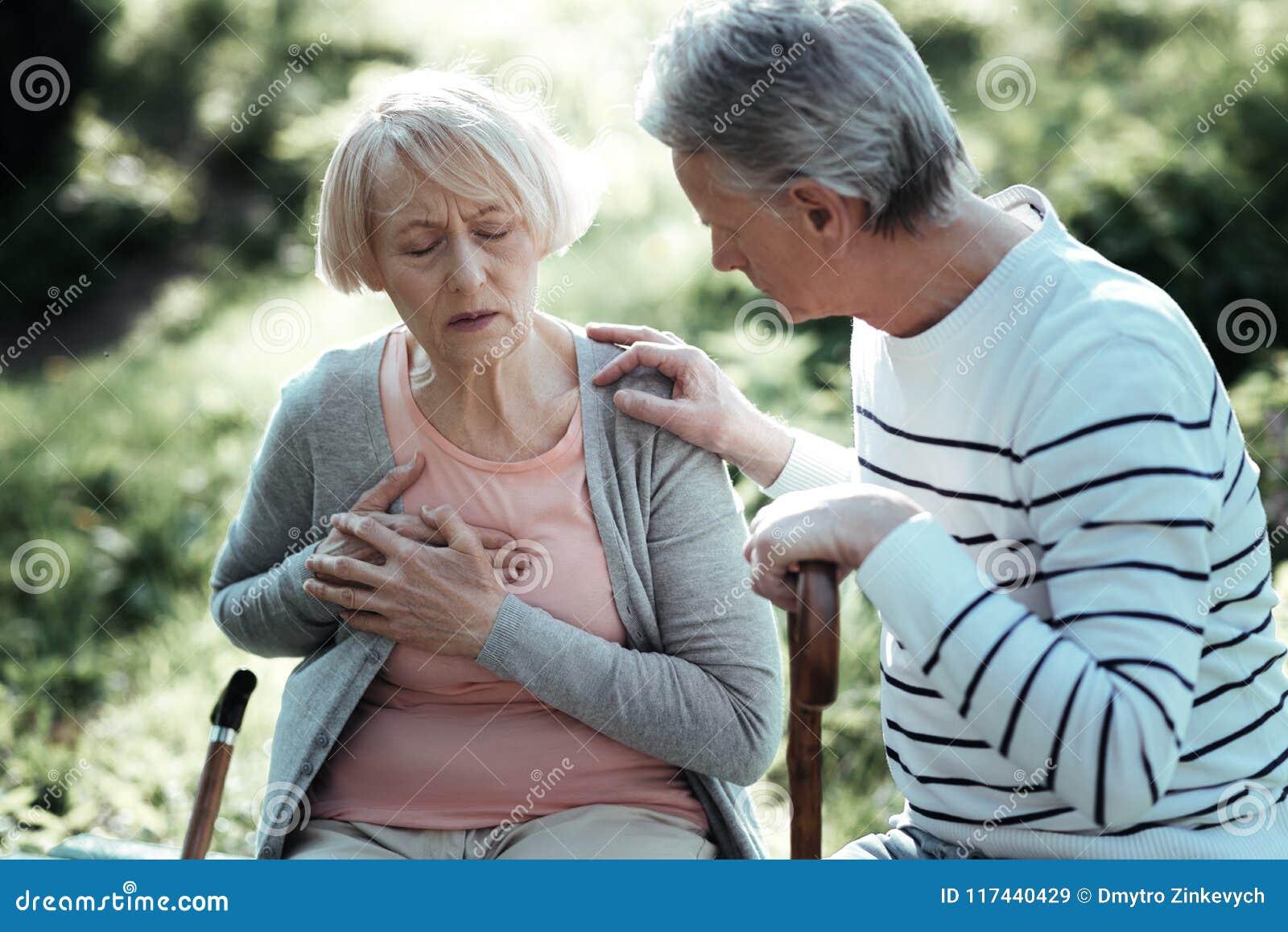 Ältere weibliche Person, welche die Schmerz hat