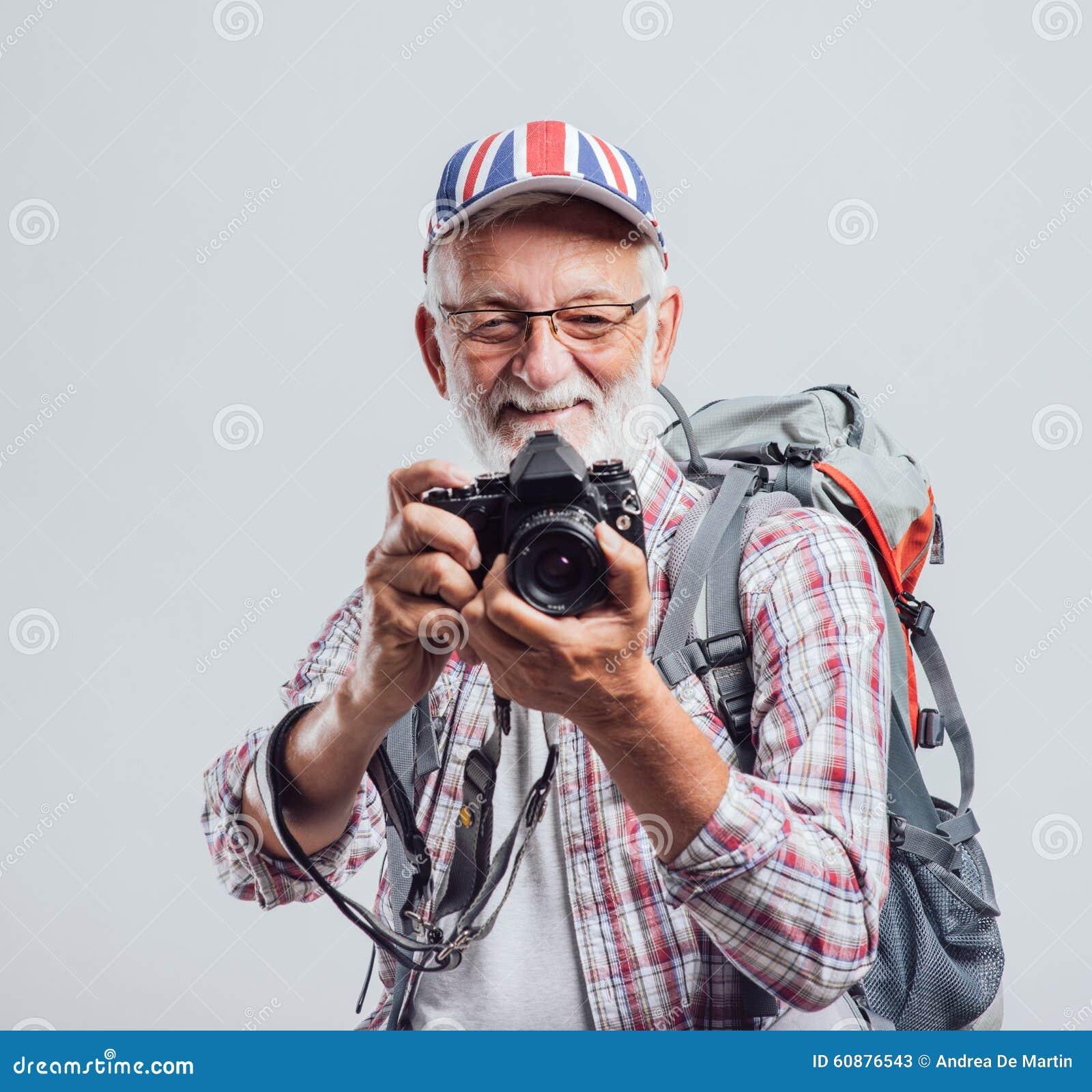Älterer Abenteurer und Fotograf