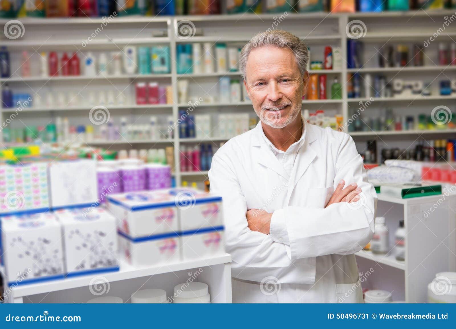 Älterer Apotheker, der an der Kamera lächelt