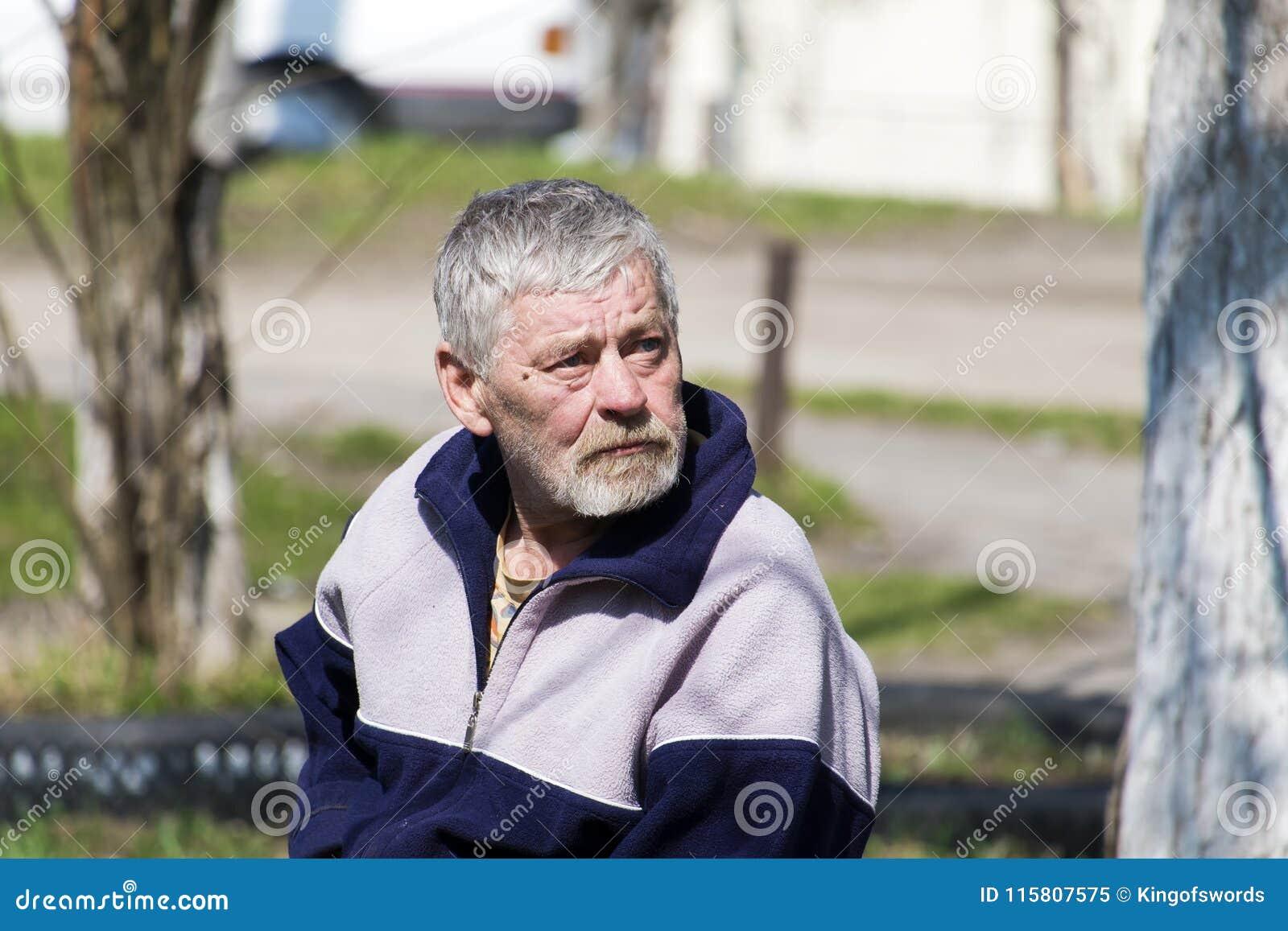 Älterer bärtiger Mann mit Traurigkeit in seinen Augen schaut oben