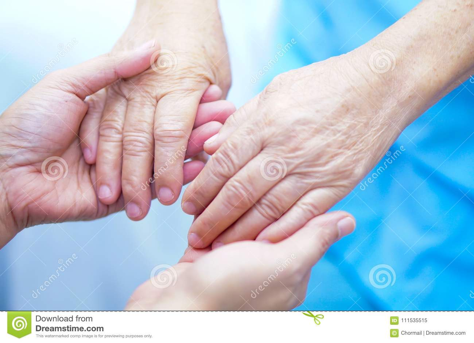 Älterer des Händchenhaltens regen asiatischer oder älterer Frauenpatient alter Dame mit Liebe, Sorgfalt, und Empathie am Krankenp