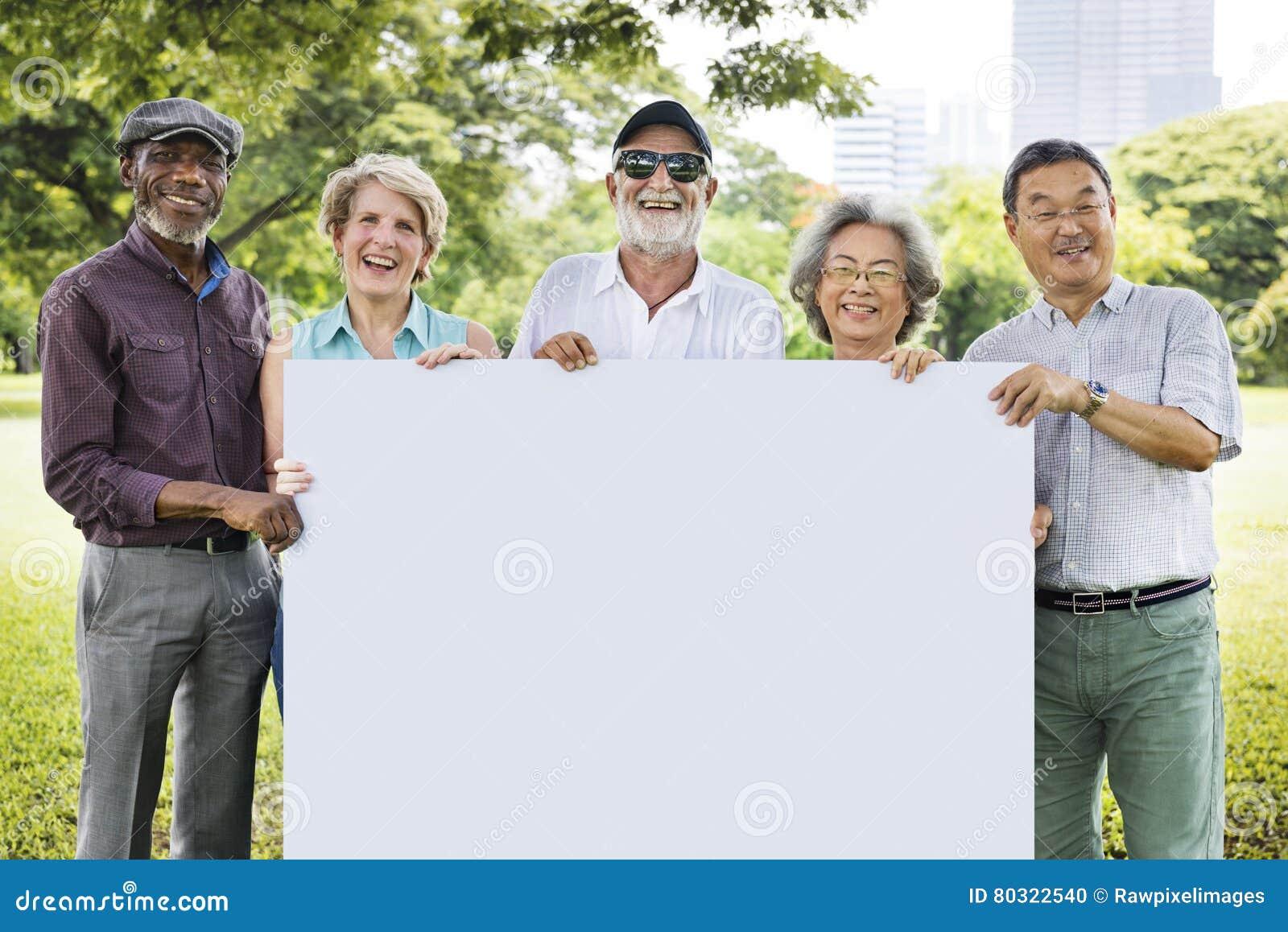 Älterer erwachsener Freundschafts-Zusammengehörigkeits-Fahnen-Plakat-Kopien-Raum C