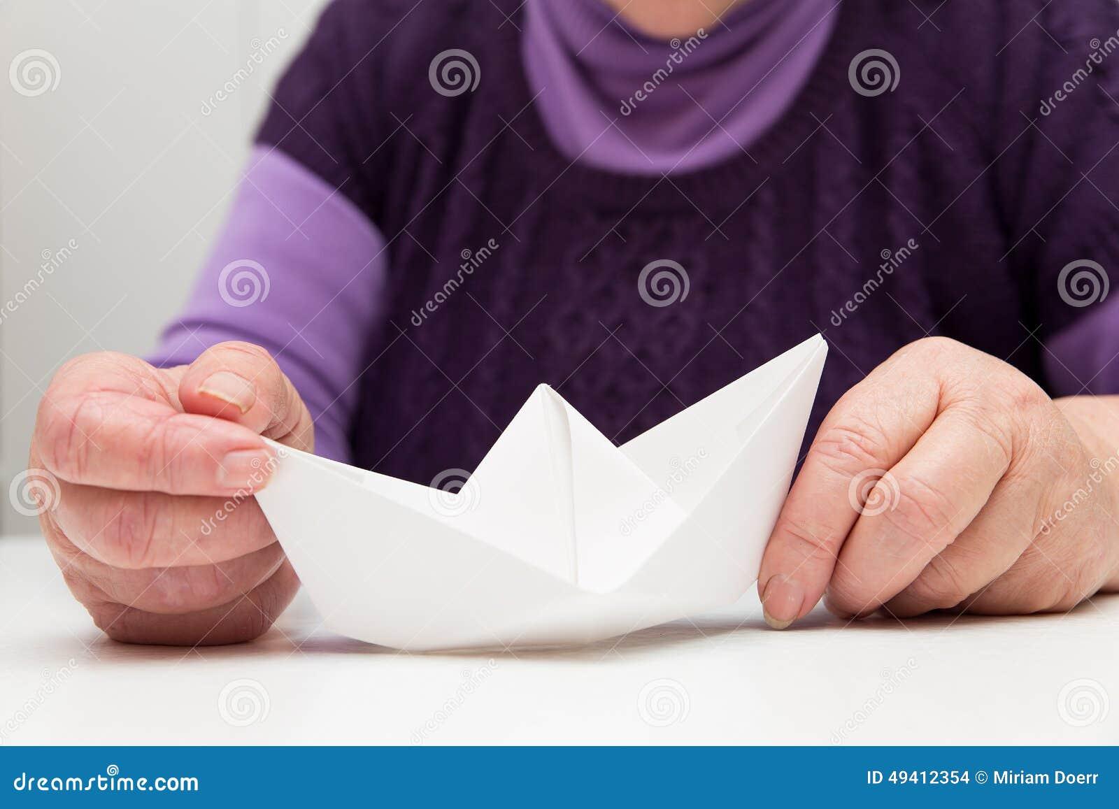 Download Älterer Erwachsener Mit Einem Papierboot Stockfoto - Bild von meer, zurückgezogen: 49412354