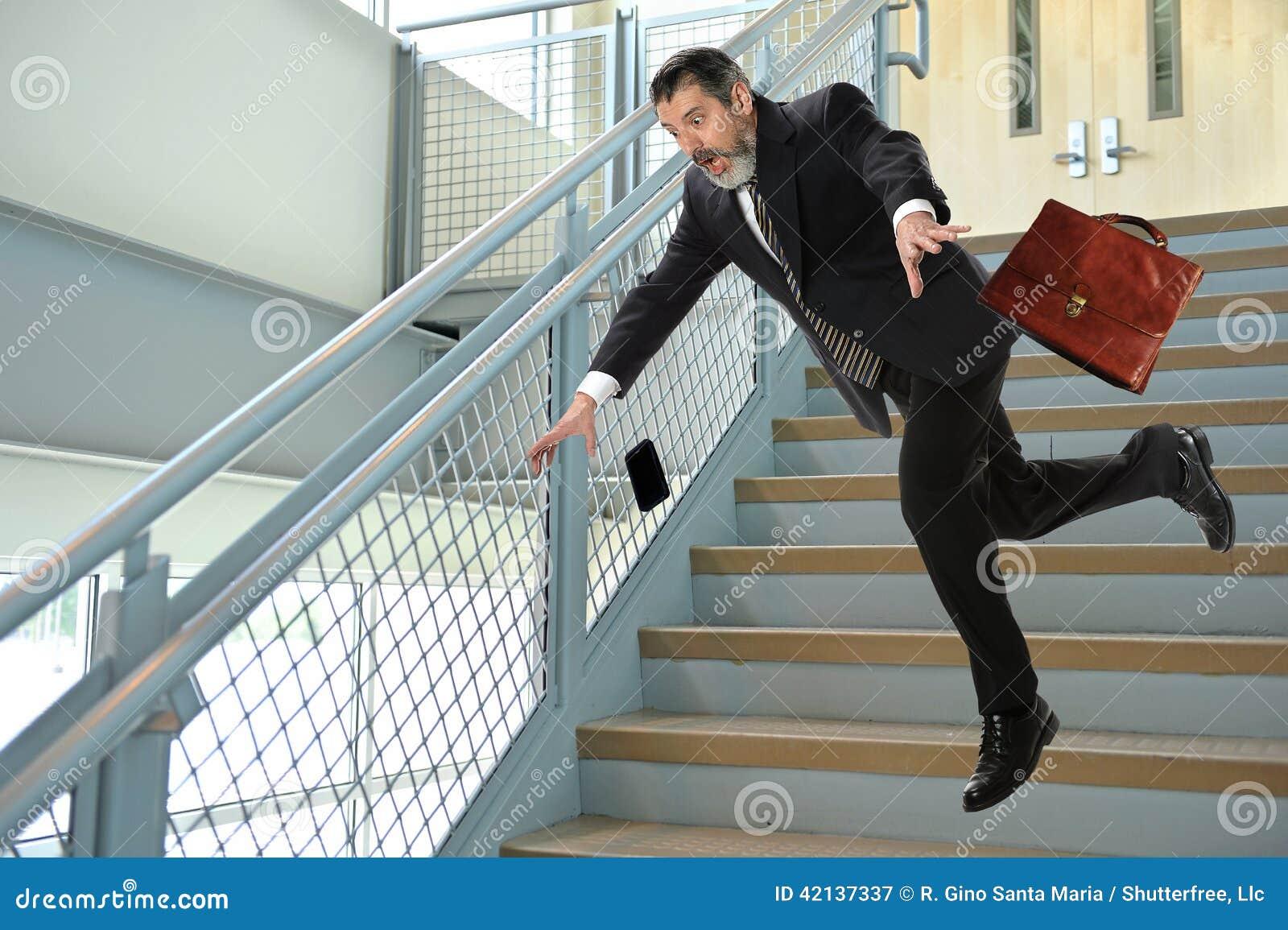 Älterer Geschäftsmann Falling auf Treppe
