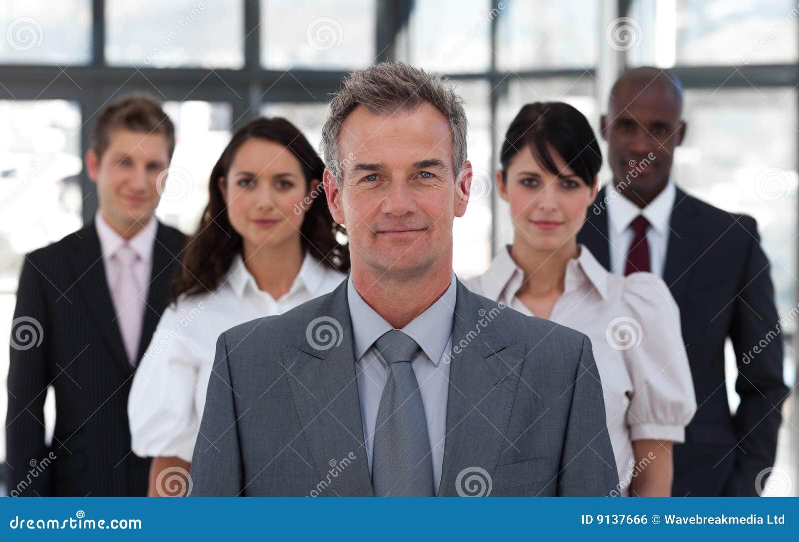 Älterer Geschäftsmann vor Team