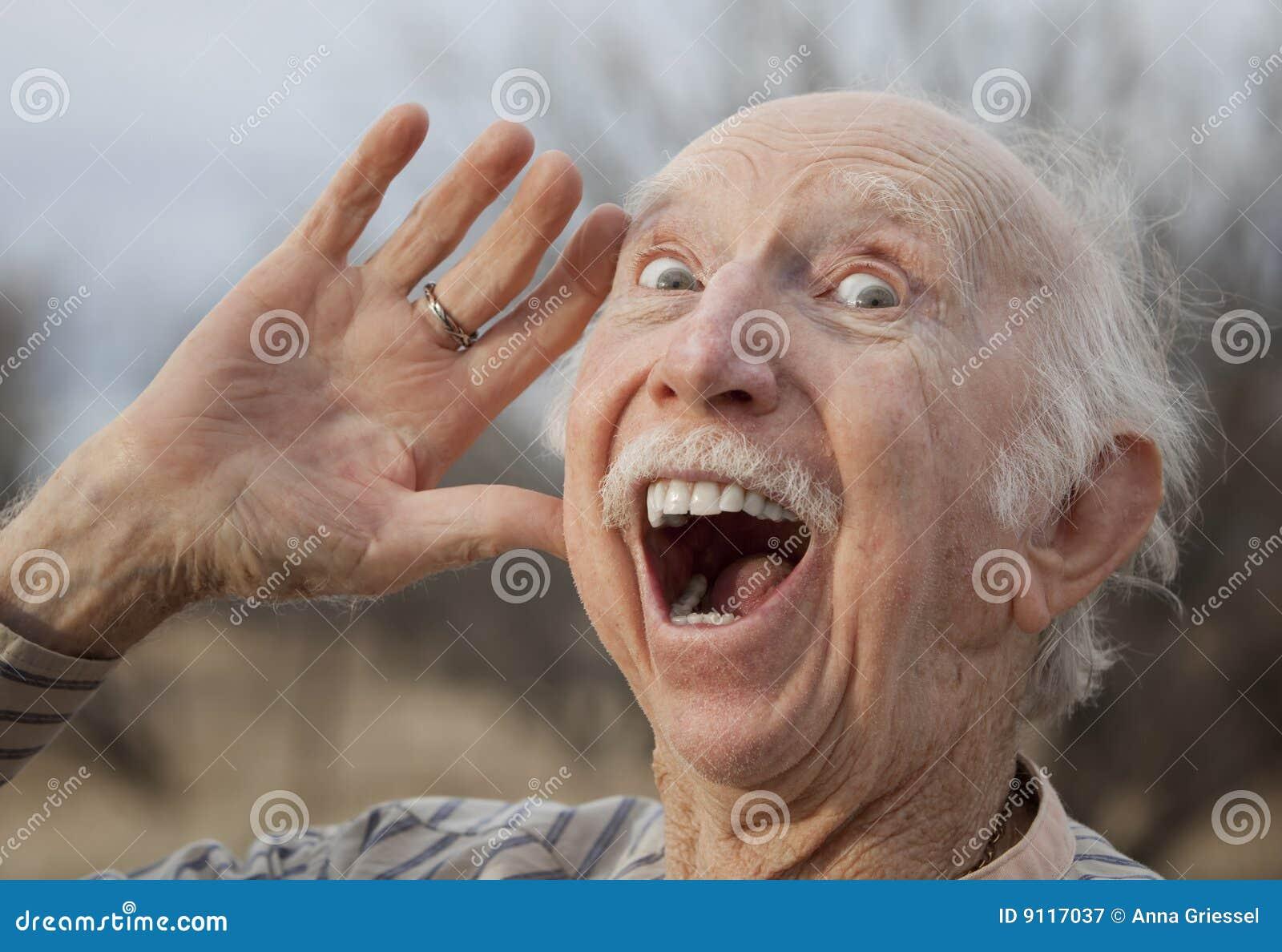 Älterer Mann, der eine Meldung ausruft