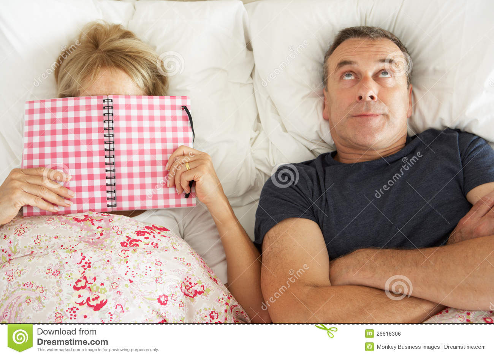 lterer mann der im bett nahe bei lterer frau liegt lizenzfreies stockbild bild 26616306. Black Bedroom Furniture Sets. Home Design Ideas