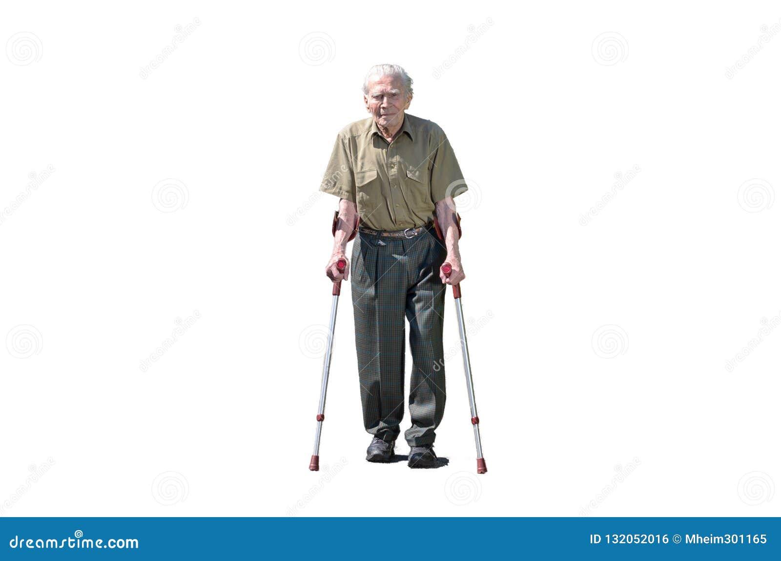 Älterer Mann im Ruhestand, der auf Krücken geht