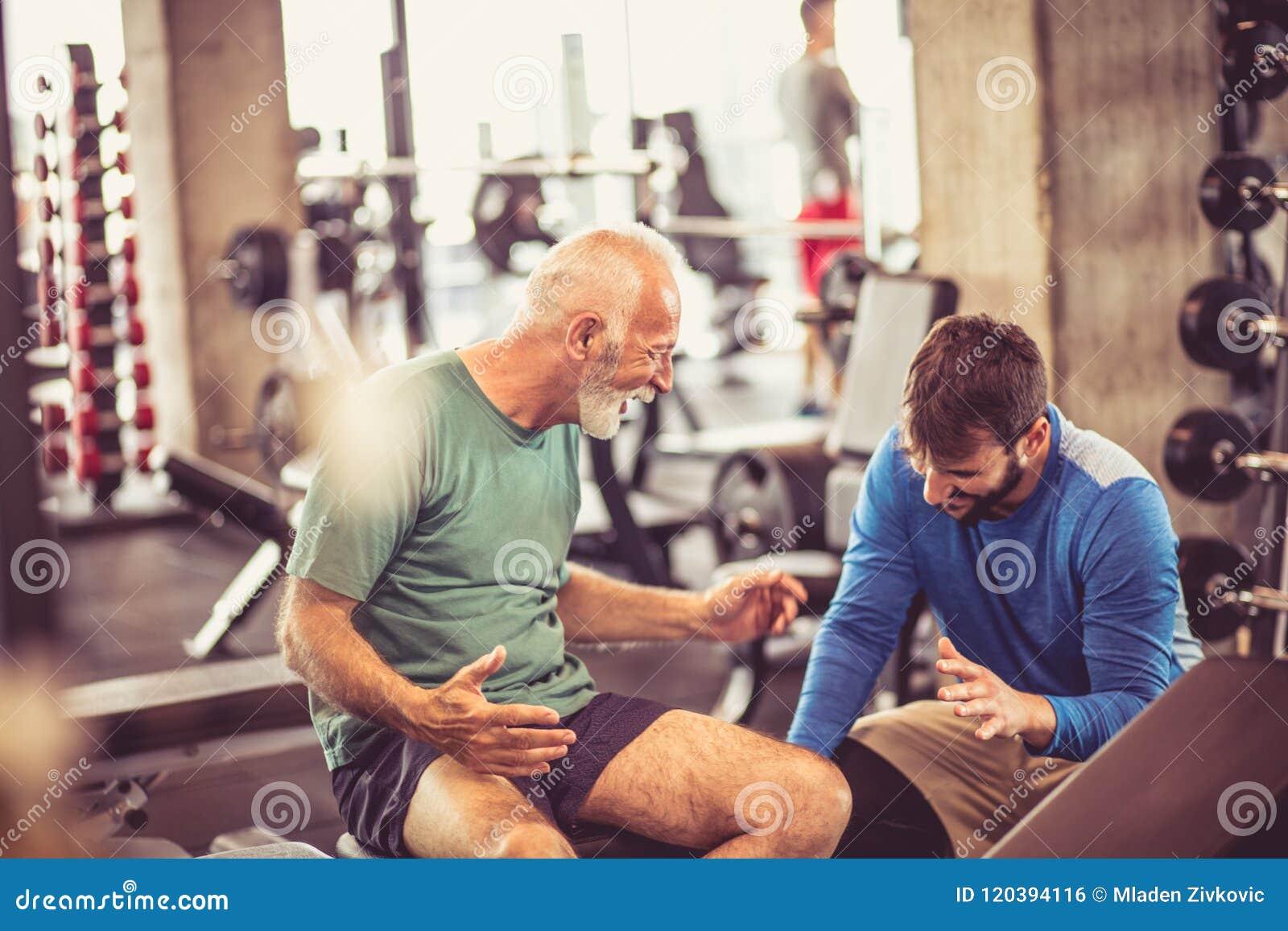 Älterer Mann mit Trainer