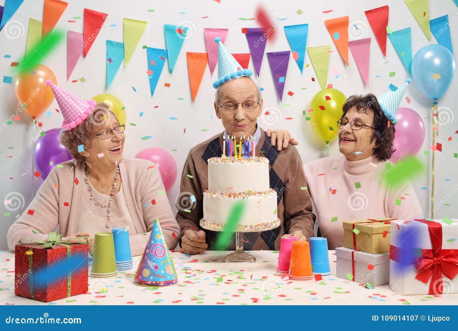 Alterer Mann Mit Zwei Alteren Frauen Die Kerzen Auf Einem