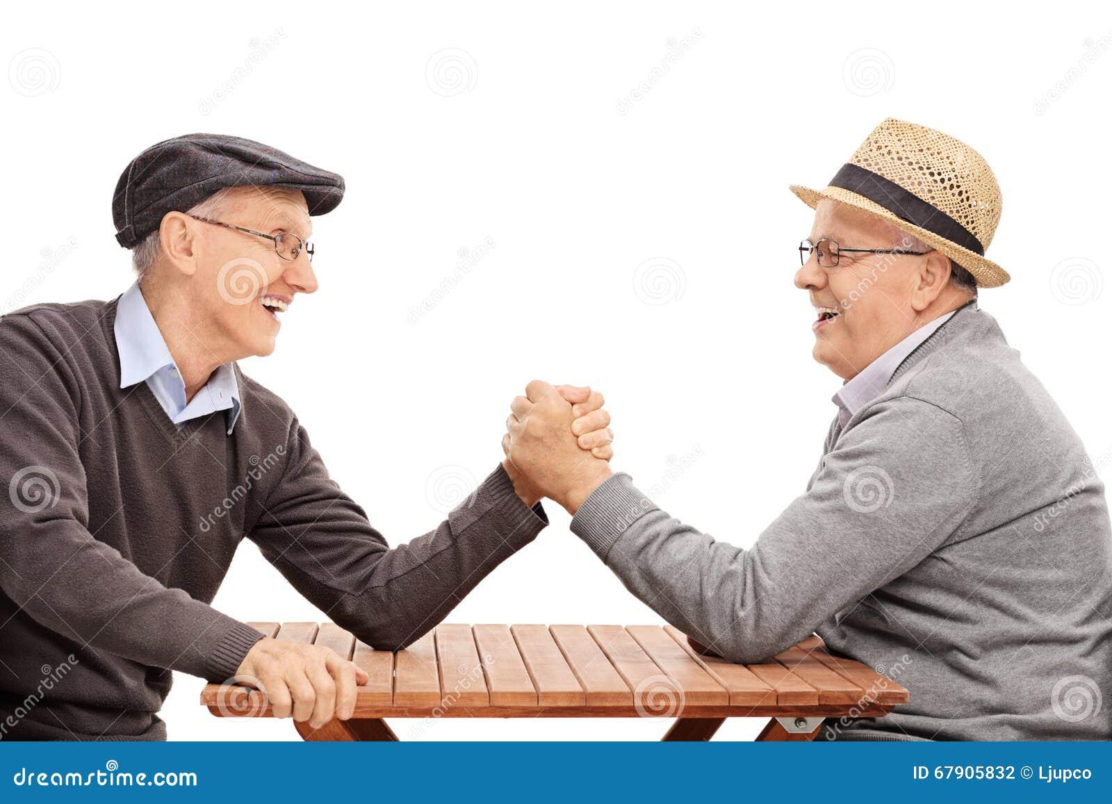 Älterer Mann zwei, der einen Armwringenwettbewerb hat