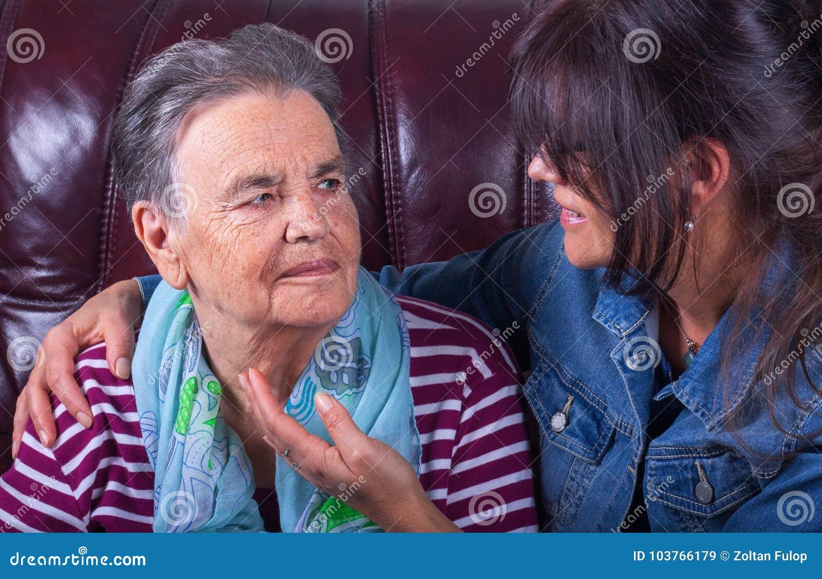 Älteres Mutter- und Erwachsentochterlächeln