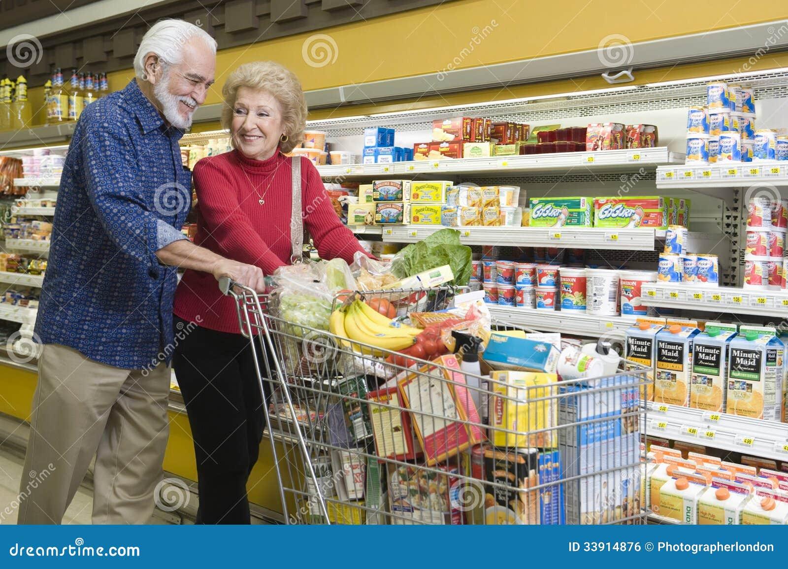 lteres paar lebensmittel einkaufen im supermarkt redaktionelles foto bild 33914876. Black Bedroom Furniture Sets. Home Design Ideas