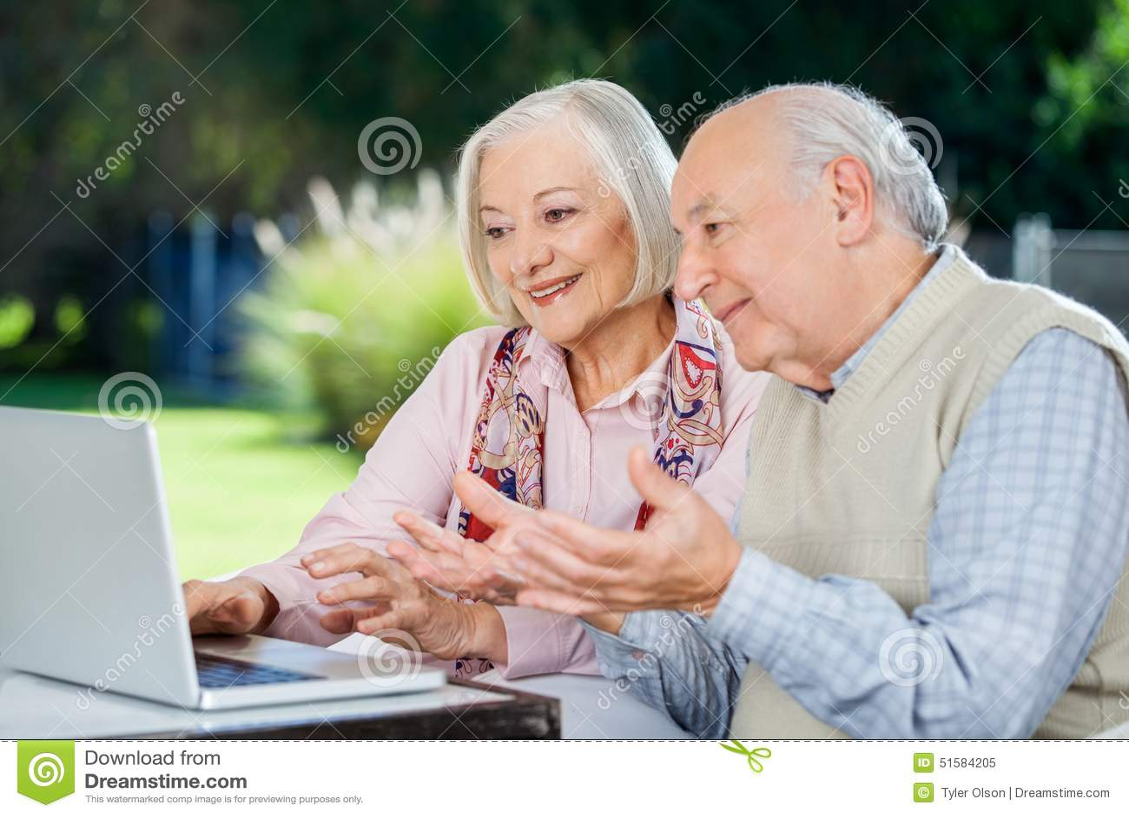 Älteres Paar-Video, das auf Laptop plaudert