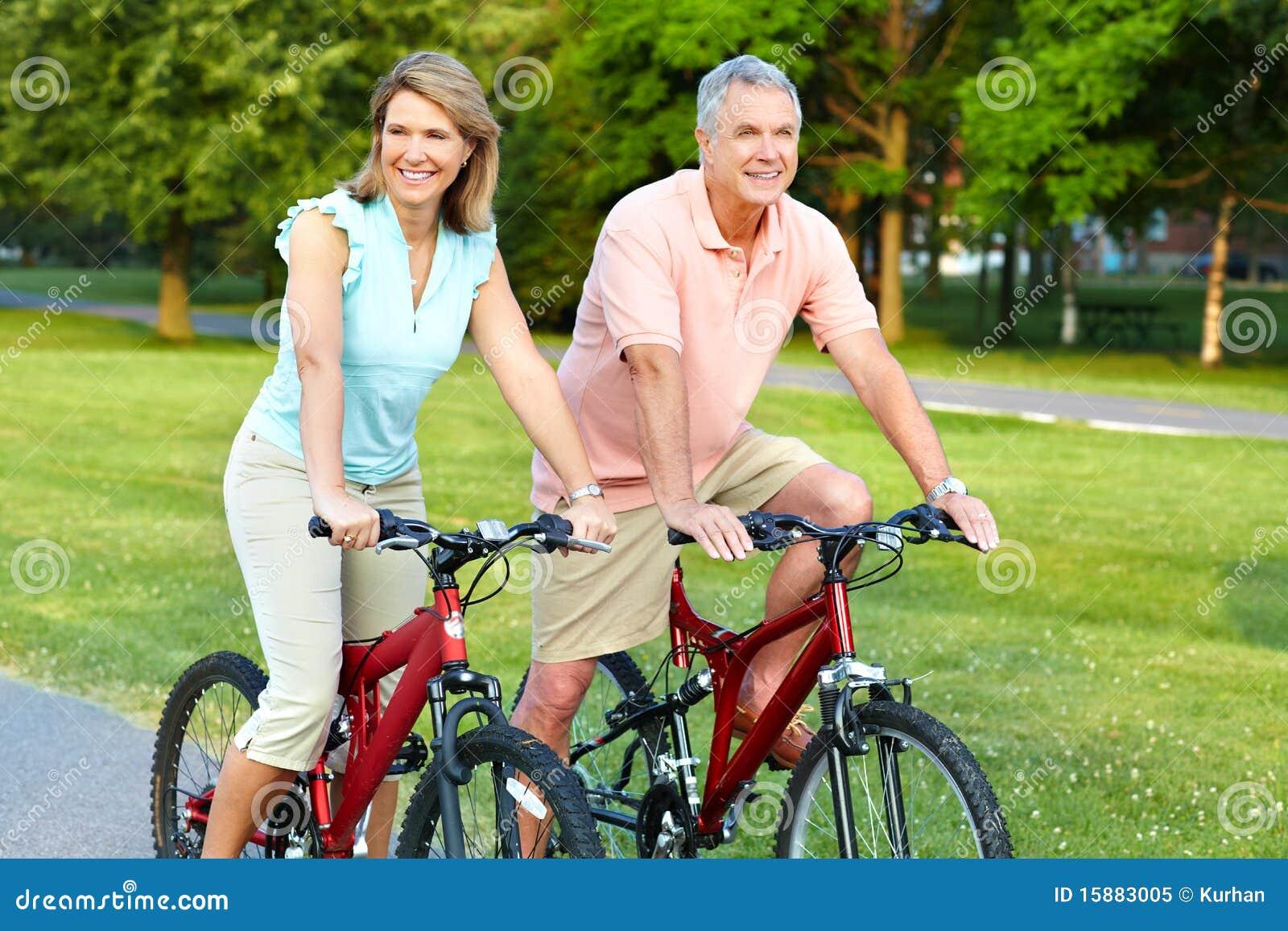 Älteres Paarradfahren