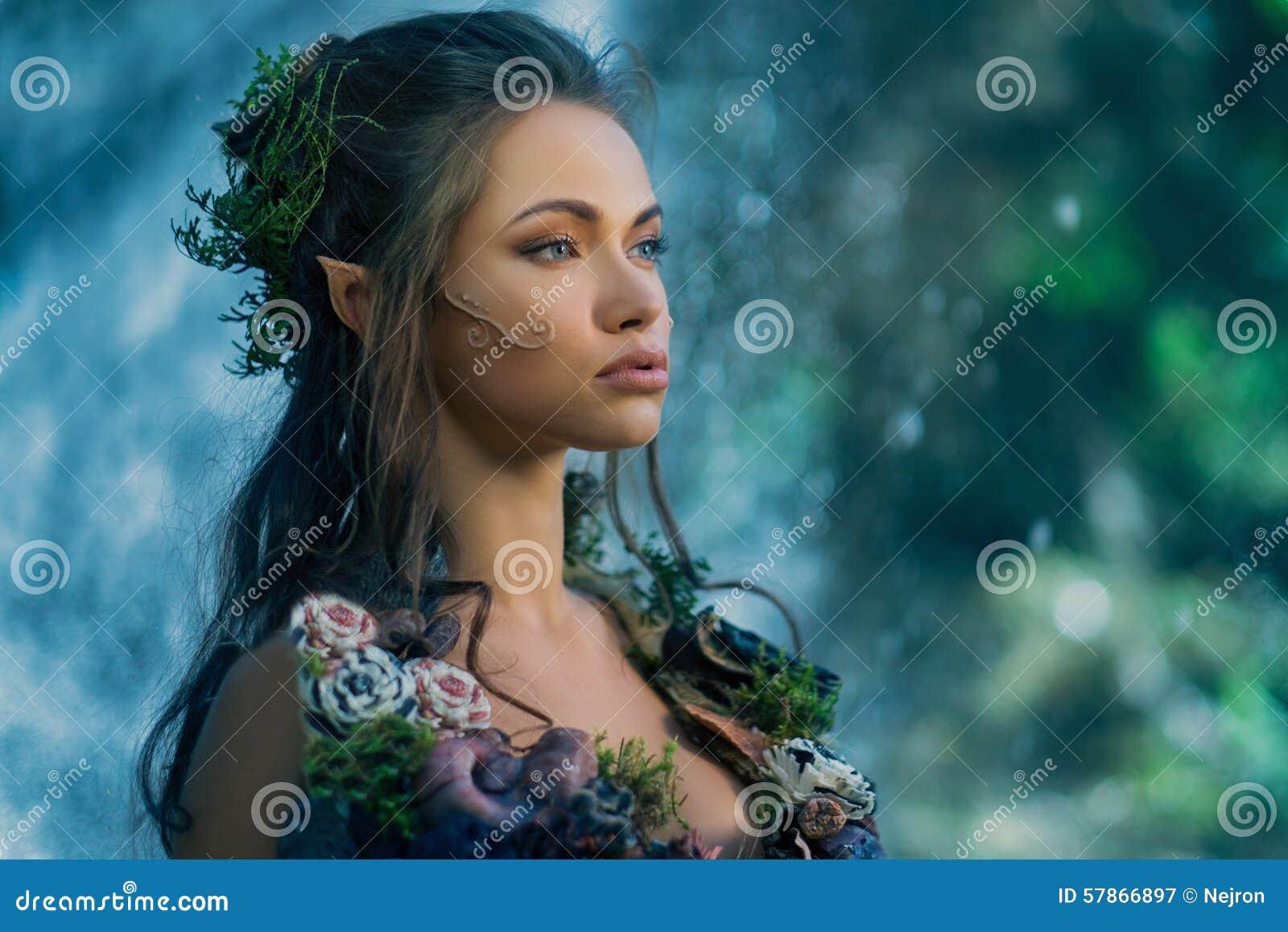 Älvakvinna i en skog