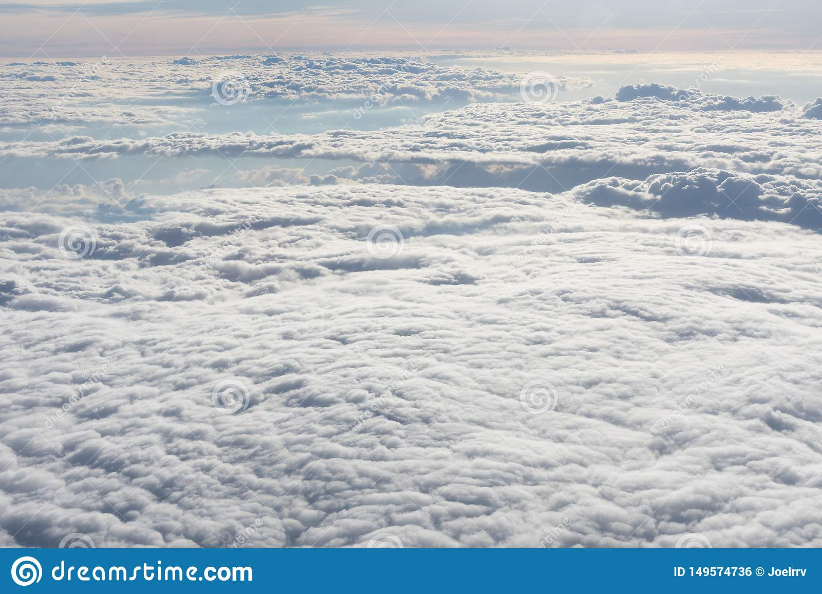 Ändlöst hav av vita moln