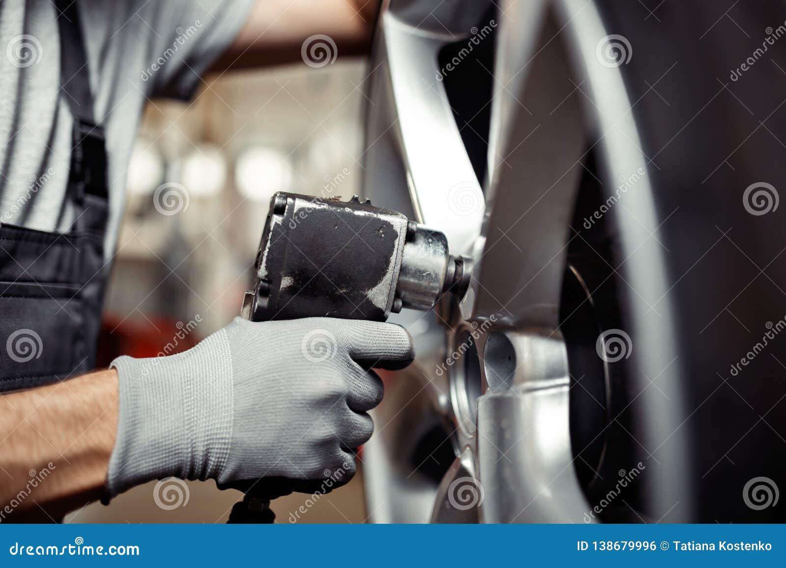 Ändra ett gummihjul på en bilservice: medelreparationsseminarium