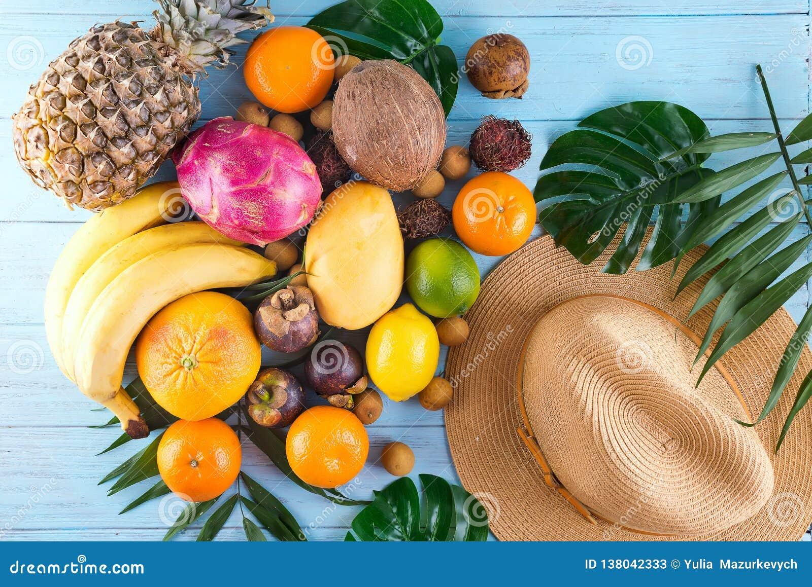 ändra sommaren för illustrationen för färgrik färgsammansättning den lätta till vektorn Tropiska palmblad, hatt, många frukter på