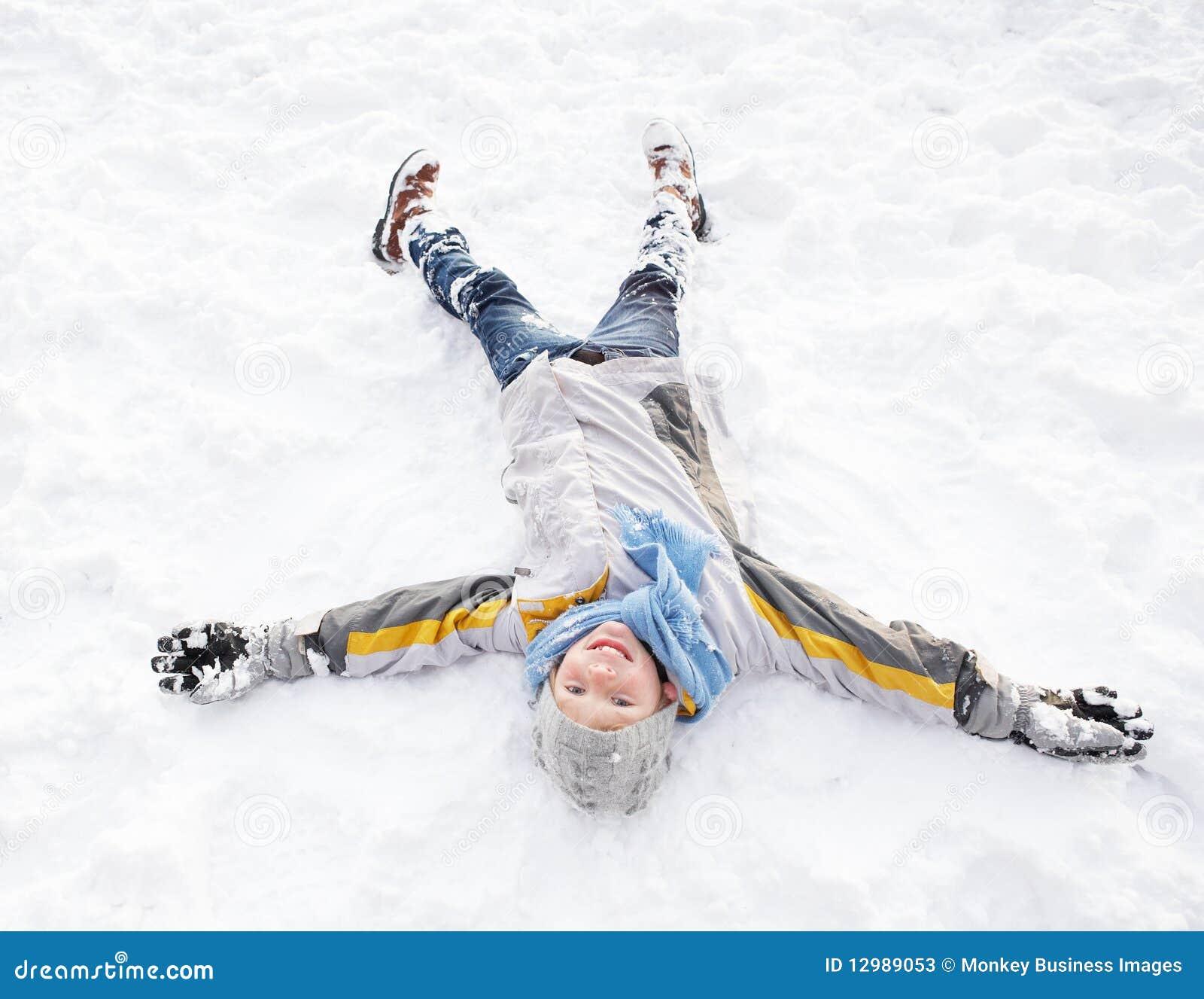 ängelpojkejordning som lägger göra snow