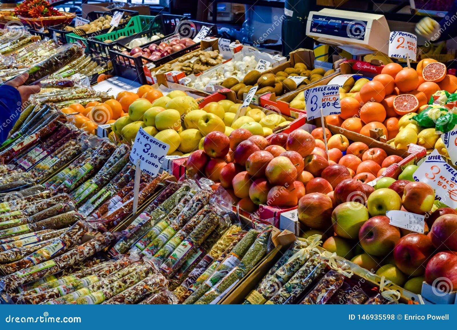 Äpfel, Orangen, Kiwi und andere Früchte und Gewürze auf Anzeige für Verkauf an Rialto-Markt in Venedig, Italien
