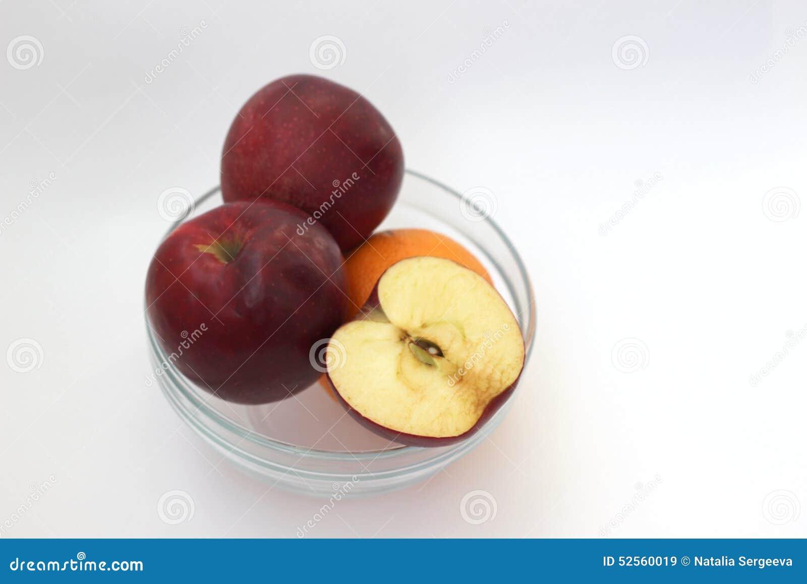 Äpfel und Orange im Vase